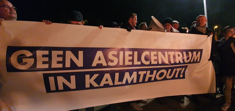 Buurtbewoners en aanhangers van Vlaams Belang, waaronder kopman Filip Dewinter, voerden dinsdagavond actie aan het station van Heide in Kalmthout.