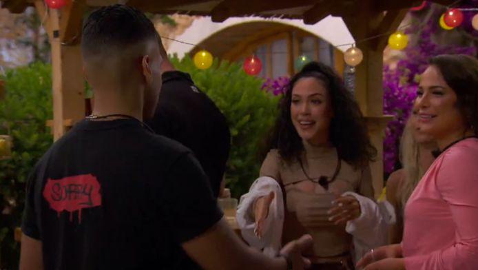 Efrain komt de villa binnen in 'Temptation Island: Love or Leave'.