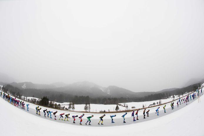 Marathonschaatspeloton begin dit jaar in de sneeuw.