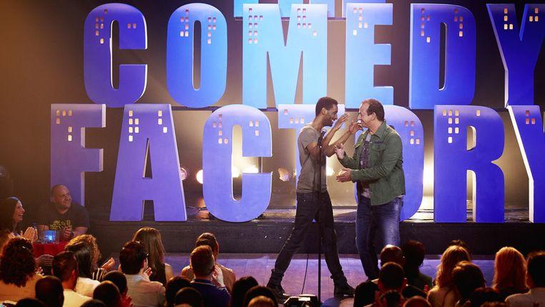 Cameretten-finalist Fuad Hassen (links) op het podium met caberatier Najib Amhali tijdens de opname van het televisieprogramma The Comedy Factory van RTL 4. Beeld anp