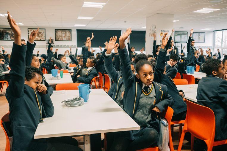 Na het eten moeten de leerlingen een dankzegging doen. Vijf minuten lang zoeft elk hand omhoog.  Beeld Illias Teirlinck