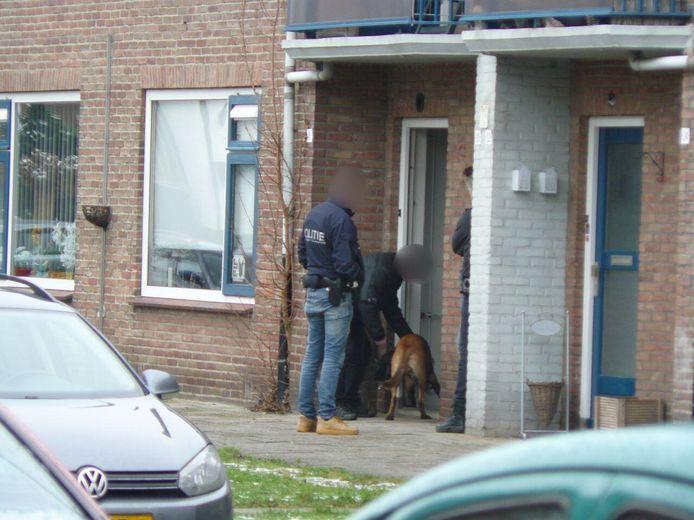 In Almelo werd bij een zoeking in één van de woningen een drugshond ingezet.