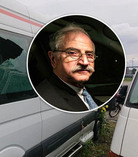 Tranen schieten de 'De Neuze' in de ogen: eindelijk vervoerde hij weer jongeren, nu zijn bijna al zijn taxi's in Almelo vernield