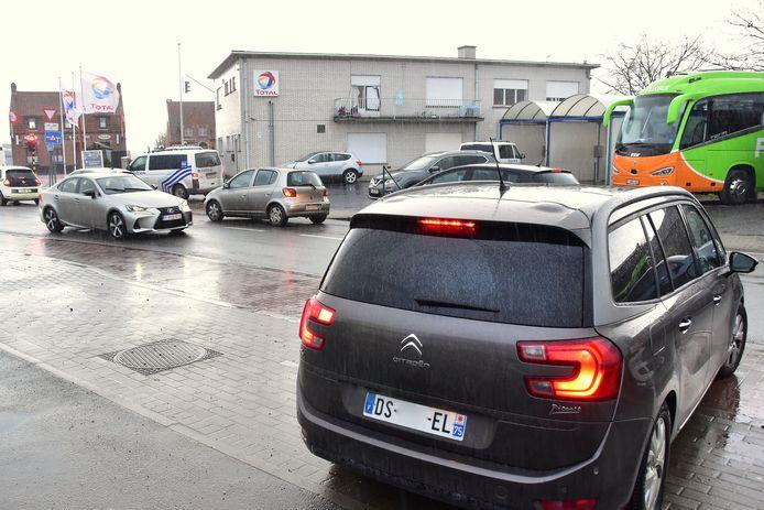 Bij de aanwezigen in de woning op de hoek van de Doornikserijksweg met de Bellegemsestraat in Bellegem bevonden zich ook mensen uit het buitenland, zoals de inzittenden van deze wagen met nummerplaat uit de Parijse regio.