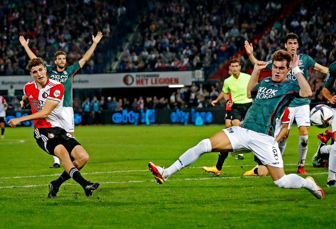 Guus Til schiet Feyenoord na een vermeende overtreding op NEC-verdediger Cas Odenthal op een 4-3-voorsprong.