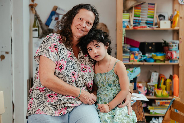 Eva Tahon (51) en dochtertje Louise (4).   Beeld Damon De Backer