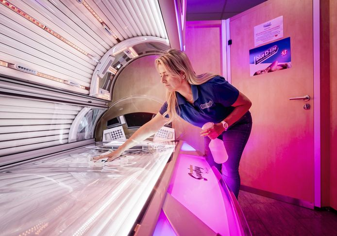 Een medewerker in een zonnestudio, die momenteel is gesloten vanwege de lockdown.