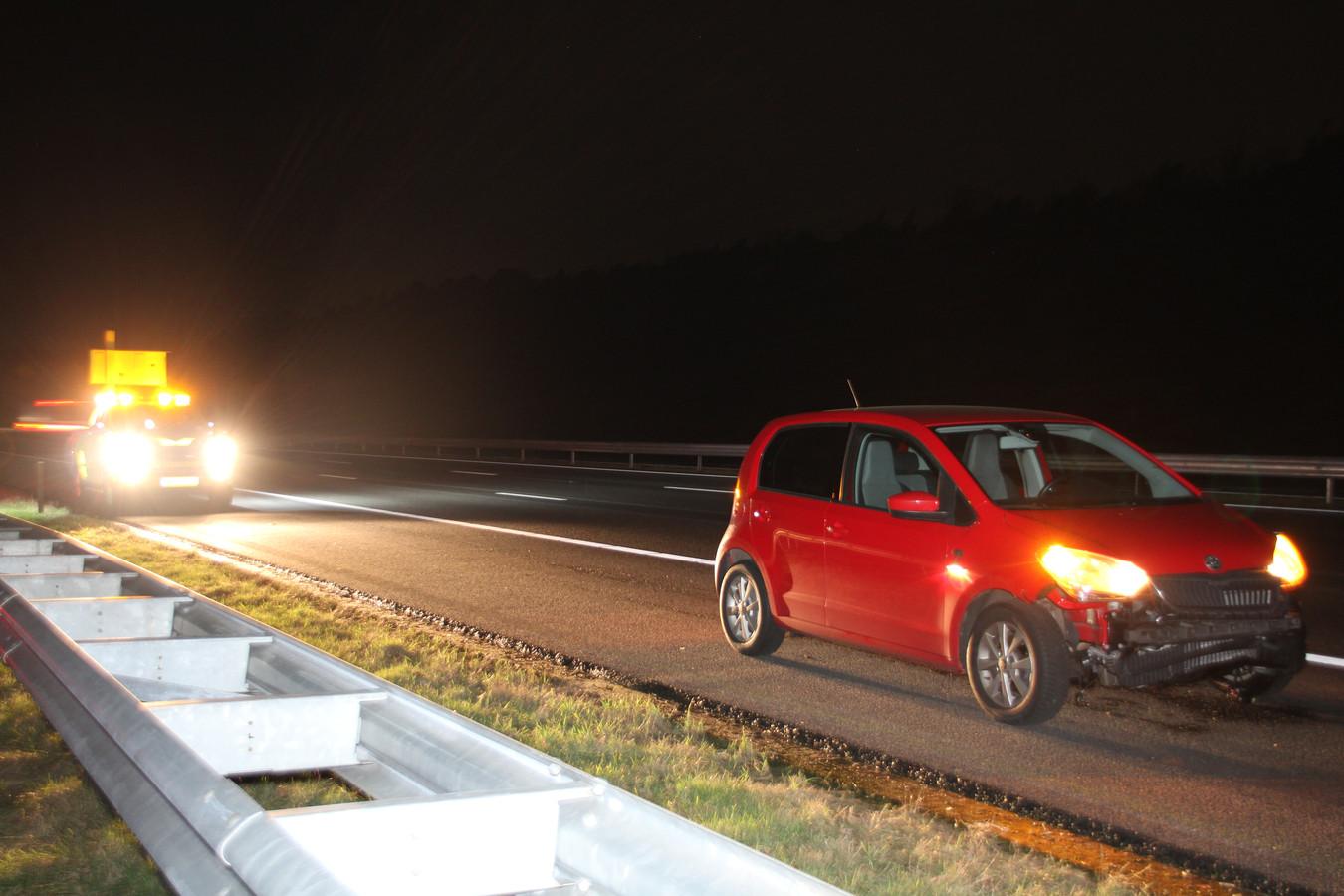 Een auto raakte beschadigd, nadat deze tegen een band reed die midden op de weg lag.