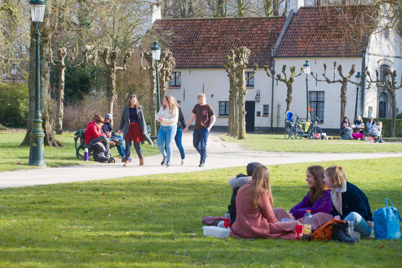 In het Minnewaterpark zorgen jongeren al maanden voor overlast. Voor de duidelijkheid: de jongeren op deze foto doen niks verkeerd.