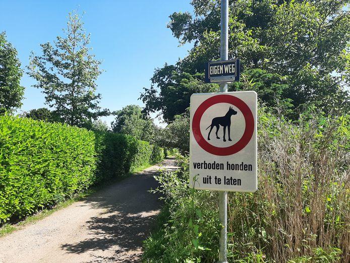 De Binnenweg in Diepenveen wordt beheerd door de bewoners. Toch hadden ze daar niet zomaar bordjes met 'Verboden honden uit te laten' op mogen hangen.