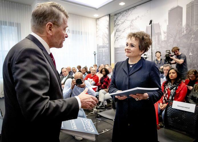 Staatssecretaris Alexandra van Huffelen (Financiën) ontvangt het eindrapport van de adviescommissie onder leiding van Piet Hein Donner die onderzoek deed naar de toeslagenaffaire.