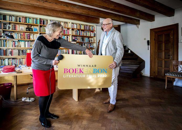 Winnie Sorgdrager overhandigt een cheque aan Oek de Jong, die de Boekenbon Literatuurprijs heeft gewonnen met Zwarte schuur.