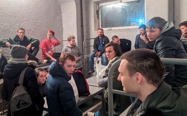 Mensen die deelnamen aan de demonstraties tegen de veroordeling van Aleksei Navalny worden vastgehouden in een cel. Beeld via REUTERS