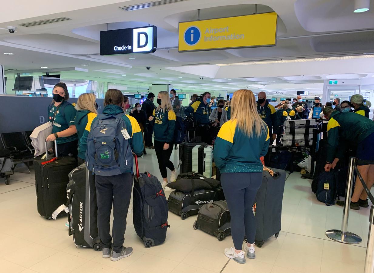 Het Australische softbalteam voor hun vertrek naar Japan.