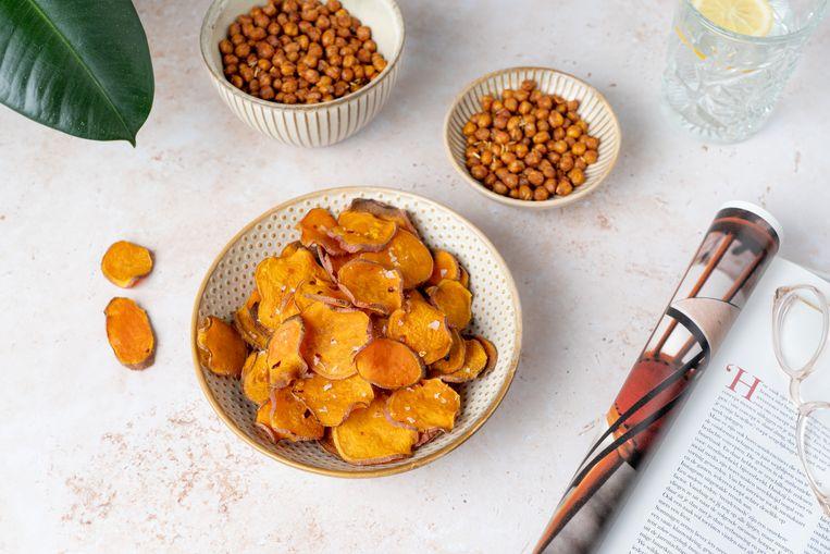 Zoete aardappelchips en geroosterde kikkererwten. Beeld