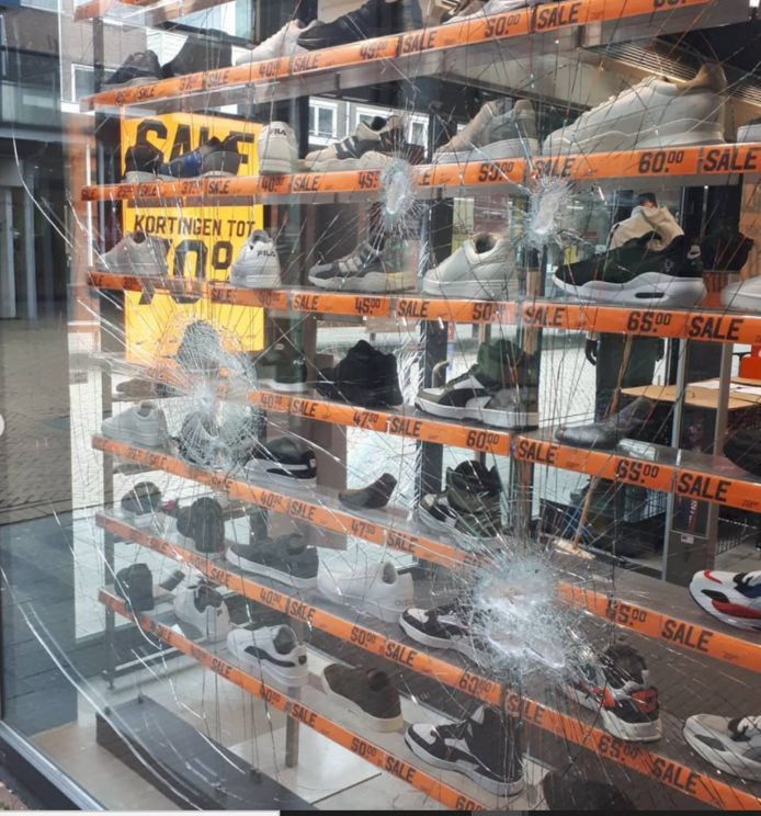 Winkeliers vermoeden dat de vandalen - gehuld in bivakmuts - probeerden in te breken bij de Aktiesport, maar dat de poging mislukte. ,,Uit frustratie meppen ze elders dan nog even tegen de winkelruit.''