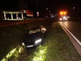 Chauffeur gewond nadat hij met auto in gracht beland