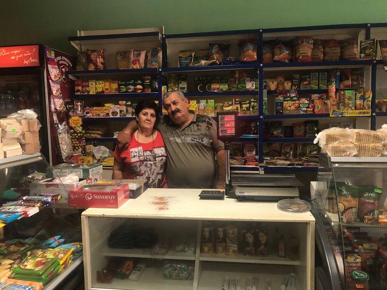 Georgi en Voskehat Bachdasarian, winkeliers in grensplaatsje Borysivka. Beeld Michiel Driebergen