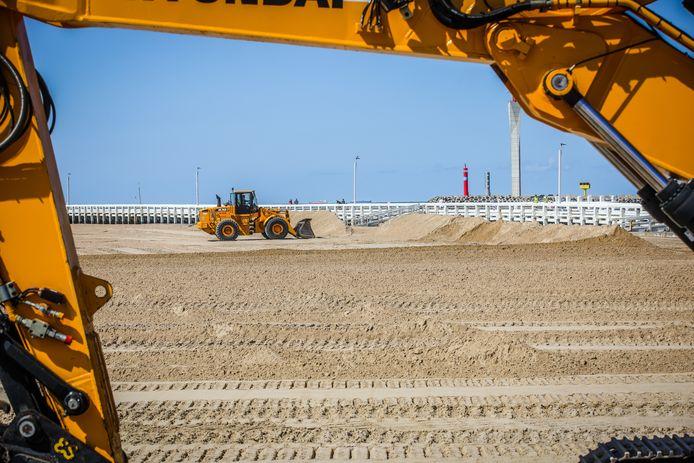 Bulldozers maken het Klein Strand, waar Ostend Beach plaatsvindt, helemaal vlak.