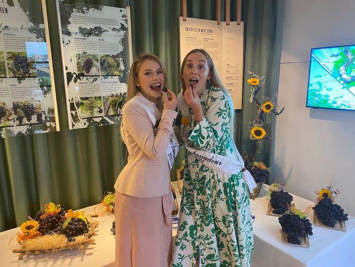 Druivenambassadrices gekend: rechts ambassadeur Phaedra Bovijn en links viceambassadeur Shauny Devos - druivenstreek