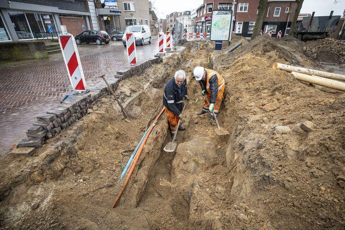 Peter van Engelen (links) en zijn collega Jan Struik bij de restanten van de oude stadsmuur aan de Deurningerstraat.