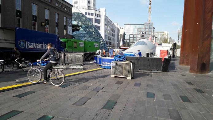 Op het 18 Septemberplein komt een groot scherm te staan waar mensen straks de huldiging op kunnen volgen. Ook de biertaps en biertreetjes worden klaar gemaakt voor gebruik.
