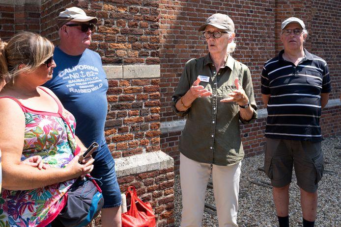 Annelies van der Sanden vertelt over de geschiedenis van Heusden en over de Heusdense musicus Jacob van Eyck  tijdens de wandeling voor blinden en slechtzienden.