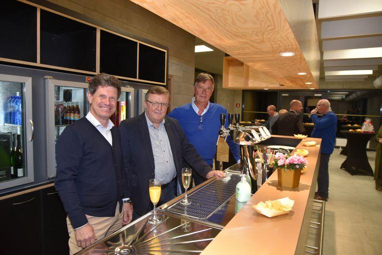 Sportschepen Dirk De Wulf (links) opende de nieuwe tennisinfrastructuur in Machelen.