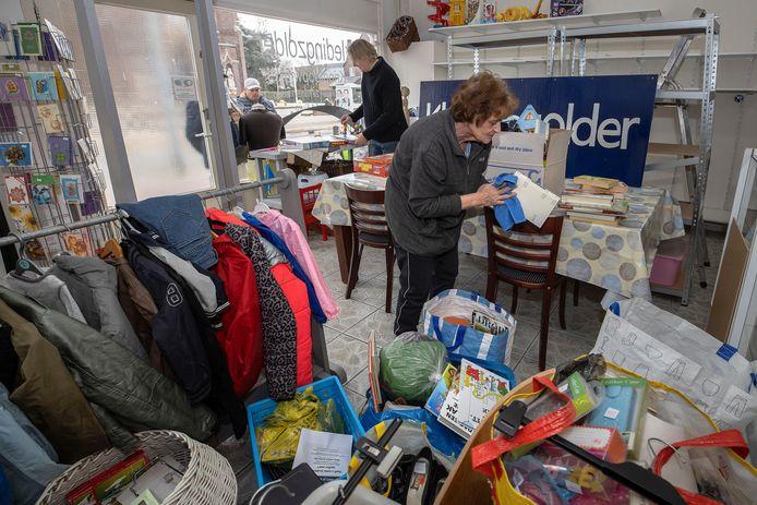Zo'n 5 jaar geleden begon Wilma Slaats Kledingzolder Eindhoven, een Facebookgroep voor tweedehandskleding. Het afgelopen half jaar hadden ze hun eigen ruimte in de oude school aan de Kronehoefstraat. Daar moesten ze weg, nu hebben ze een winkelruimte aan de Kloosterdreef en zijn ze druk aan het klussen en inrichten.