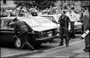Wedersamenstelling van de schietpartij aan het Kortrijkse station op 10 juli 1979, waarbij Ronny D., alias Zorro, schoot naar rijkswachter Martin Carrissemoux (links op de foto). Rechts onderzoeksrechter Paul Decorte.