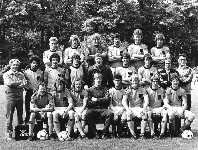 De selectie van het Nederlands elftal voor het EK van 1980. Helemaal in het midden keeper Pim Doesburg, toen al 36 en nog in de kracht van zijn leven. Boven hem eerste goalie Piet Schrijvers, onder hem Hans van Breukelen.