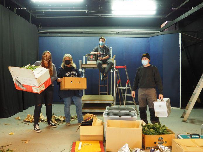 Silke Massant, Lieve Du Bin, Jordy Dietens en Geert Van de Walle zijn aan het opruimen op de scene van Ik Dien.