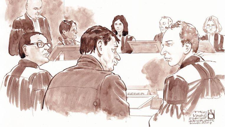 Advocaat Robert Malewicz, Willem Holleeder en advocaat Sander Janssen in de speciaal beveiligde rechtbank. Beeld anp
