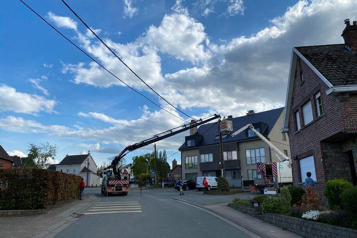 Ter hoogte van de kruising van de Keerstraat met Seskenskouter werd door een vrachtwagen een elektriciteitskabel losgerukt.