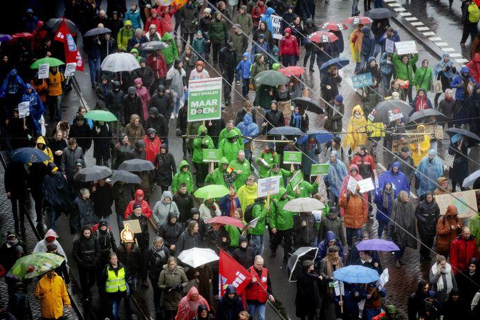 Deelnemers met borden en spandoeken tijdens een klimaatmars in Nederland.