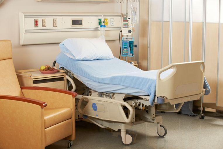 Leeg bed in een ziekenhuiskamer.