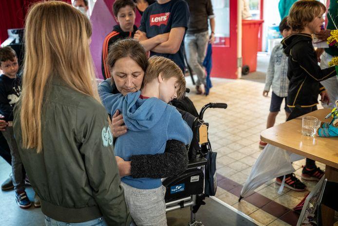 Juf Danielle Boekensteijn tijdens haar laatste wens. Nog een laatste keer langs haar leerlingen in Vianen en Nieuwegein. Stichting Ambulance Wens maakte het mogelijk.