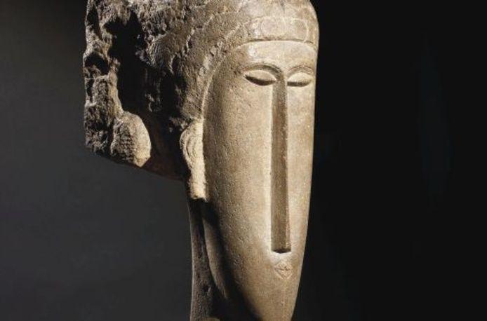 Een kalkstenen vrouwenhoofd van de Italiaanse kunstenaar Amedeo Modigliani.