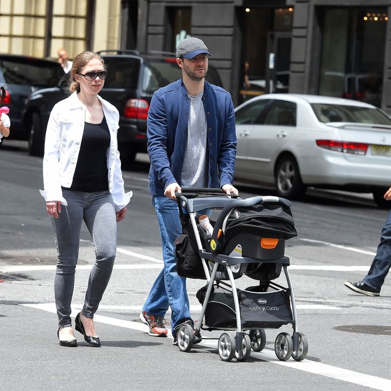 Chelsea Clinton met man en dochter Charlotte op wandel in Manhattan, New York (2015). Beeld BuzzFoto via Getty Images