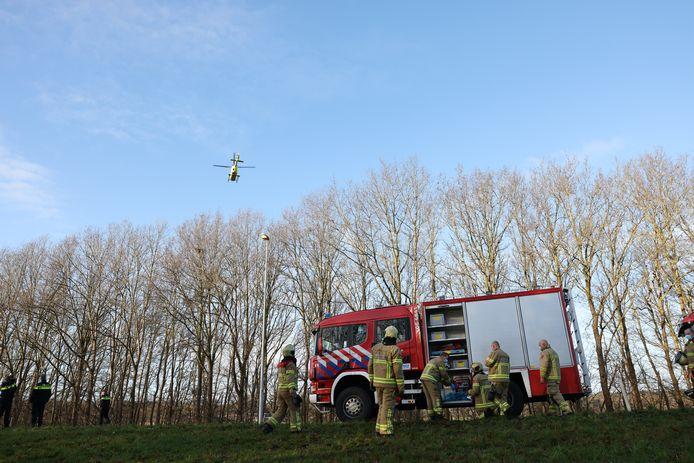 Brandweer, politie en een traumahelikopter zetten alles op alles om het leven van de automobilist te redden.