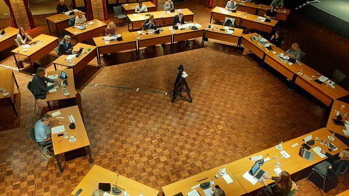 In verband met de verbouwing van het gemeentehuis vergadert de gemeenteraad in hotel Heerlickheijd van Ermelo. Rechts waarnemend burgemeester Burmanje.