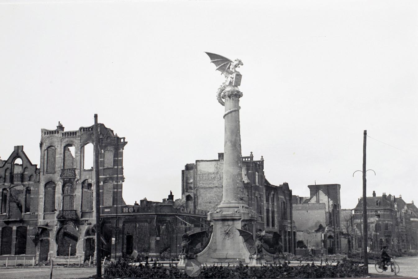 Na de strijd om Den Bosch bleef er op de hoek van het Stationsplein en de Koninginnenlaan slechts een geraamte van Hotel Du Commerce over.