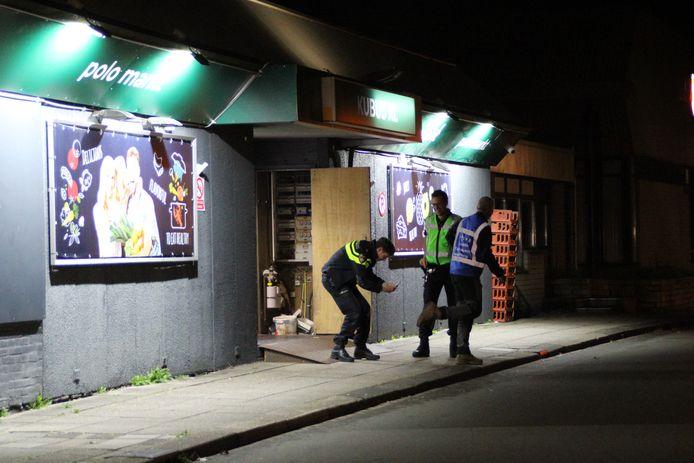 Politie doet onderzoek bij supermarkt Kubus XL in Lelystad, waar vannacht een explosie werd gehoord.