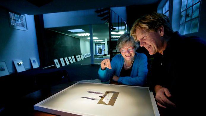 Knuttel (rechts) en Stroeve bij een afbeelding in het boek.