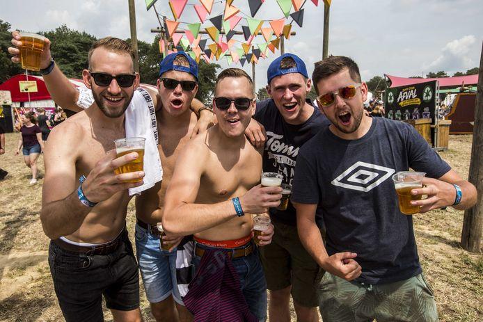 Een vriendengroep poseert op de Zwarte Cross, uiteraard met biertje in de hand.