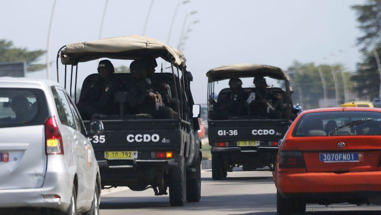 Veiligheidstroepen haasten zich naar het Grand Bassam resort in Abidjan. Beeld REUTERS