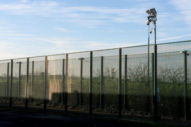 Nabij Brussels Airport komt een gesloten detentiecentrum zoals dit in Steenokkerzeel. In het nieuwe detentiecentrum zullen ook kinderen worden opgesloten. Beeld belga