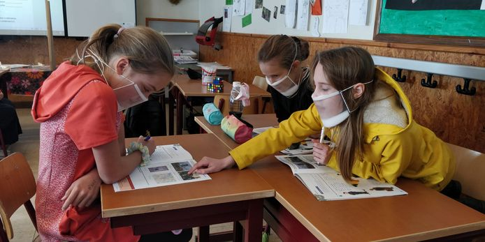 De leerlingen van 6A moeten nog tot volgende week een mondmasker dragen. Omdat één van de leerlingen slechthorend is, dragen ze nu allemaal een doorzichtig mondmasker.