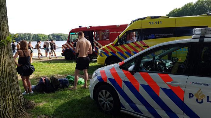 Het meisje werd na een zoektocht door duikers uit het water gehaald.