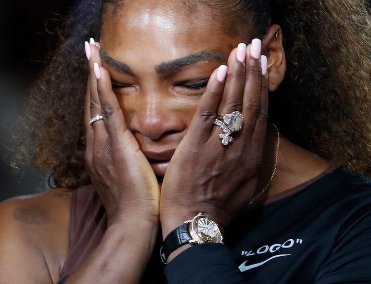 Een emotionele Serena Williams tijdens de ceremonie na haar verloren US Open-finale. Beeld AP